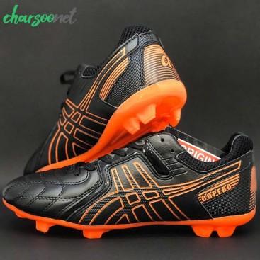 کفش حرفه ای مخصوص فوتبال در زمین چمن طبیعی