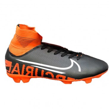 کفش فوتبال میخ دار مخصوص فوتبال در چمن طبیعی